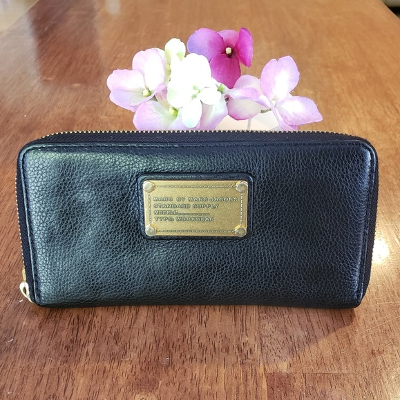 Marc By Marc Jacobs Handbags - 🌿Marc By Marc Jacobs Black Classic Q Zip Wallet🌿